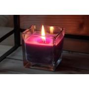 Bougie couleur violet parfumée au muguet coulée dans un vase carré